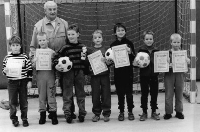 F-Jugend SuS Januar 1989 Turniersieger in Uentrop v.l. Andre Schulze, Tobias Hummels, Stefan Lutter, Christian Budde, Marco Gebhardt, Sebastian Koch, Christian Metzner. Hinten: Trainer Erwin Knorn.