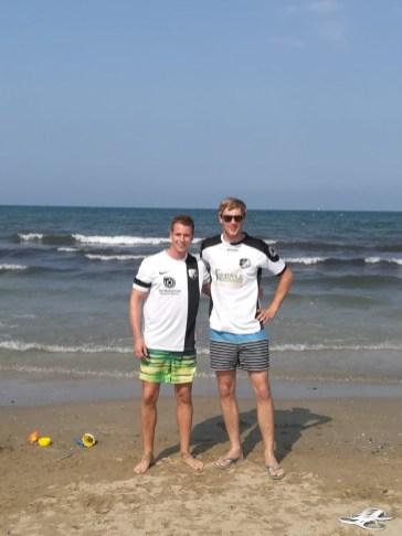 Marcel Siering und Moritz Stratmann am 3.7.18 in Rimini am Strand