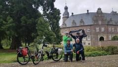 Uwe Grams, Uwe Giesler, Alex Kross und Gerd Naake vor dem Schloss Darfeld am 02.06.2019