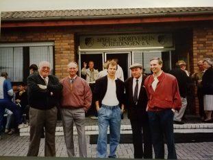 Man traf sich in Scheidingen V.l. Heinz König, Ewald Becker, Bernhard Dietz(ehemaliger Spielführer der Nationalmannschaft), Eberhard Biermann, Edmund Becker. Im Hintergrund v.l. Herbert Budde, Klaus Liedtke, Erich Reuther, Karola Hering 1989