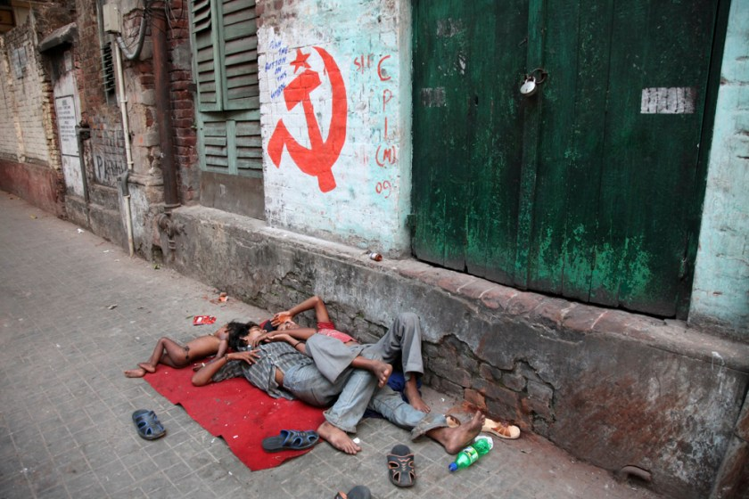 schlafplatz familie straße armut kalkutta kolkata kind