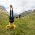 Barfuß, Barfußlaufen, Barfußwandern, Schweiz, Kopfstand, Yoga, Fotograf, Berge, Alp, Bergwandern, Kuh, Yogafotograf