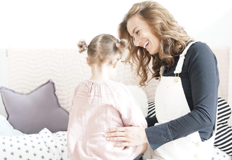 Krippeneingewöhnung Part 2 Mama und Tochter lachend im Kinderzimmer