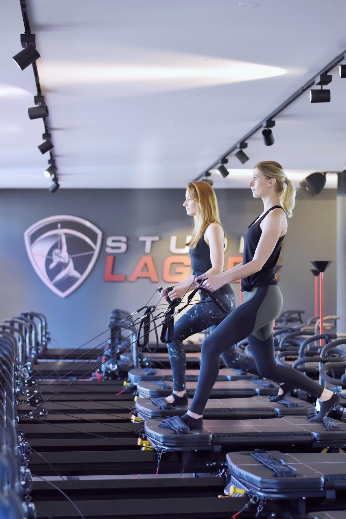 Studio Lagree München - ganzheitliches Fitnesstraining | Interview Susanna & Melanie beim Training auf dem Megaformer