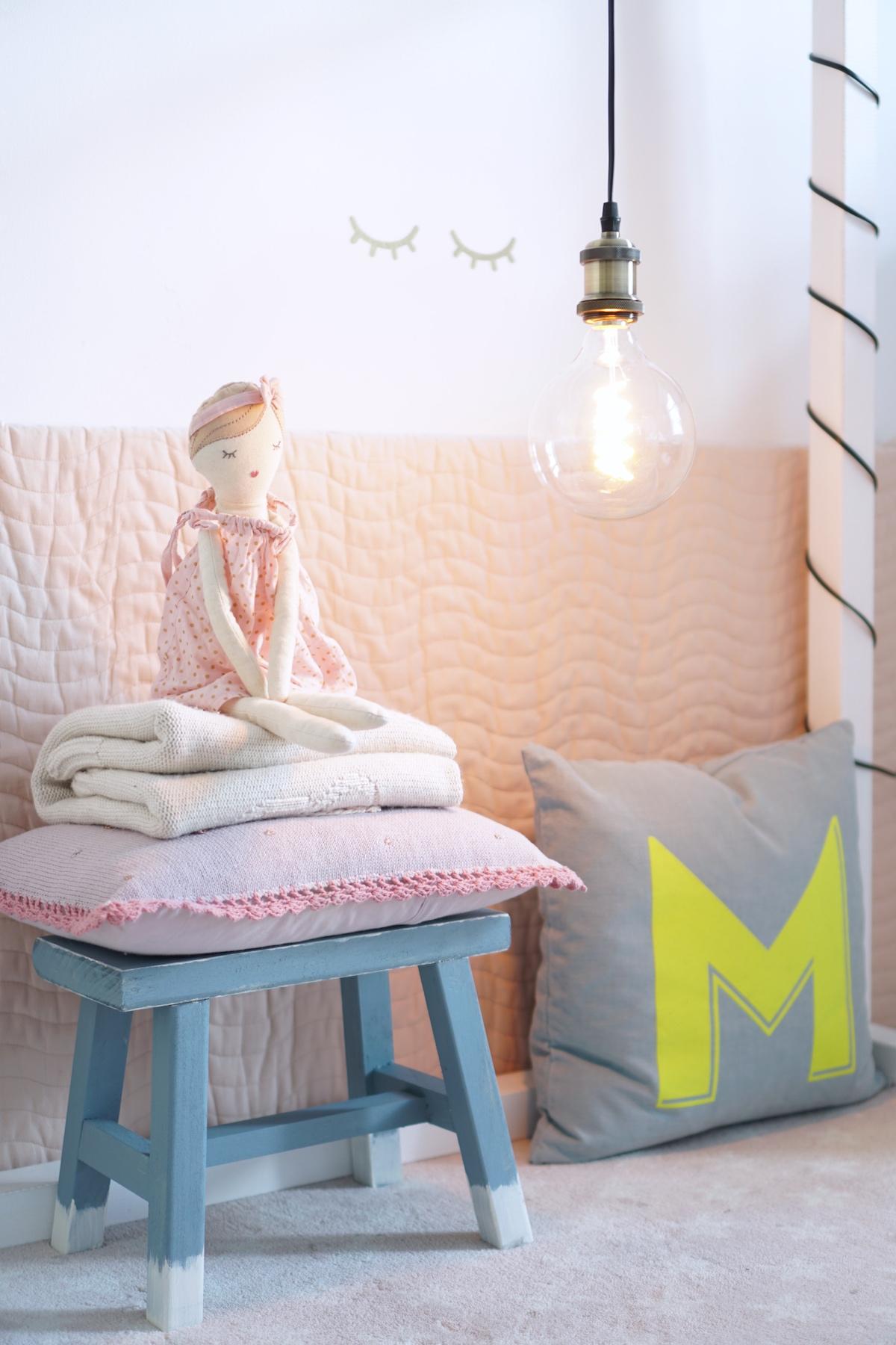 DIY Hocker pimpen & wie der Schemel zum Einsatz kommt zur Dekoration im Kinderzimmer