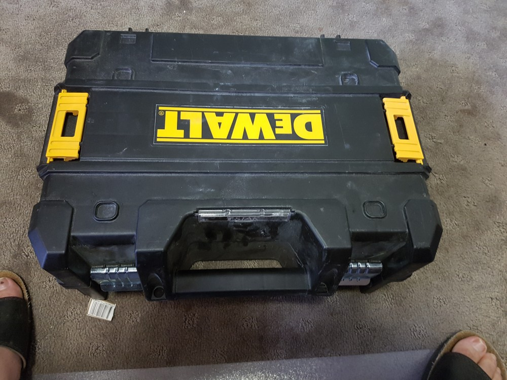 Dewalt DCE089D1G-XE review picture of supplied hard case.