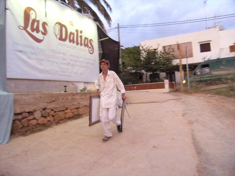 Ibiza Hippie-Markt: Mann beim Zusammenpacken