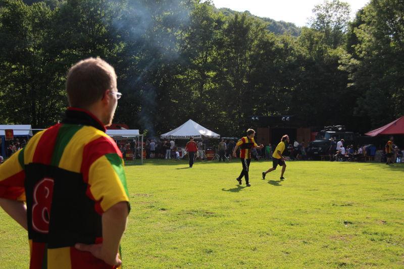 Kommando Cup: Auswechselspieler betrachtet das Spiel