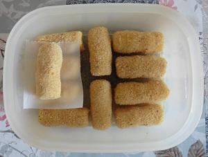 Aardappelkroketjes met bakpapier in het bakje
