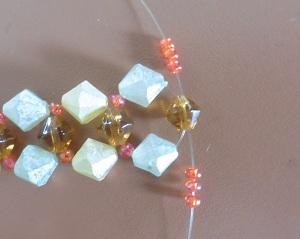 Armband met kralensluiting andere sluiting aan beide draden 3 kleine kralen