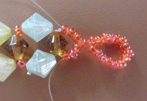 Armband met kralensluiting andere sluiting steek de draad ook door de 3 kralen van de andere kant hetzelfde met de andere draad maar dan anders om