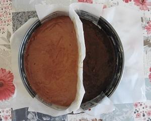 Chocolade taart eiwit beslag in de bakvorm