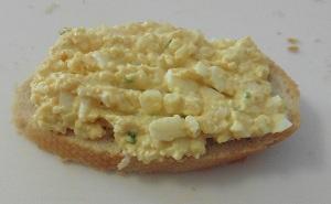 Eiersalade op stokbrood
