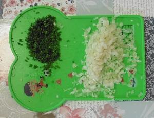 Eiersalade ui en bieslook fijn snijden