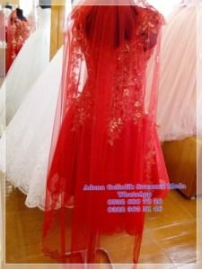 uzun kırmızı duvağıyla muhteşem bir kına kıyafeti