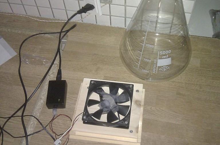 En DIY magnetomrører sammensat af en blæser og en magnet fra en harddisk