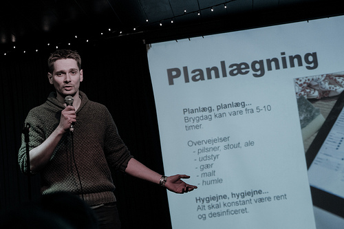 Dennis Guldbrandsen fortæller om håndbryg til Pecha Kucha Night #7 på HUSET i Aalborg.