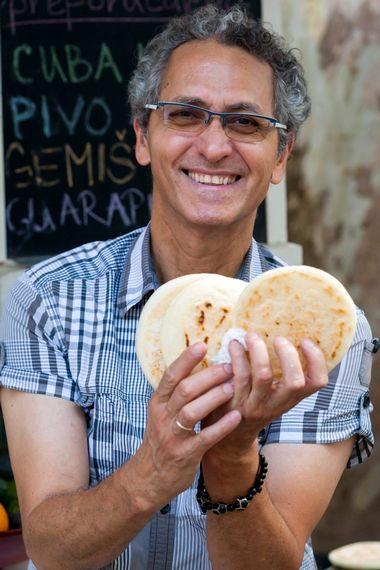 Zagreb, 140918. Zrinjevac. Ricardo Luque priprema tradicionalne venecuelanske arepe. Na fotografiji: Ricardo Luque i arepe. Foto: Tomislav Kristo / CROPIX