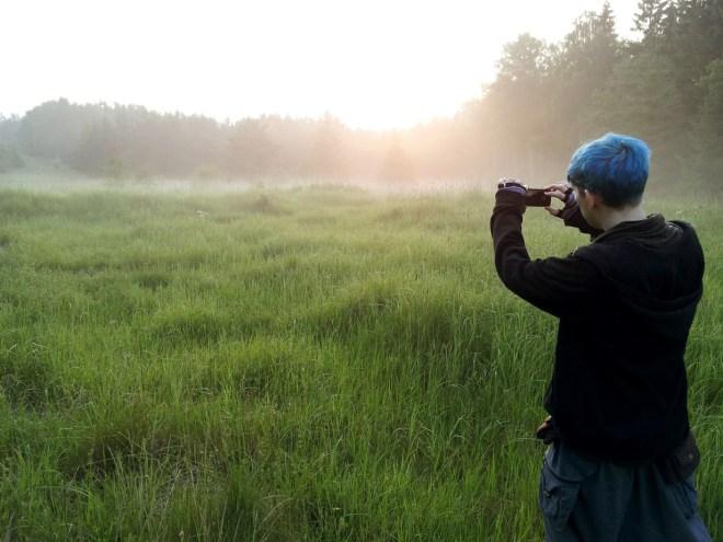 Jag och Linn drog på flera fina äventyr tillsammans under sommaren. Här är ett  foto på då jag fotograferar en soluppgång. Meta eller ett pekfinger mot upplevelsen av natur. I don't really know. Men den soluppgången var något av det finaste!