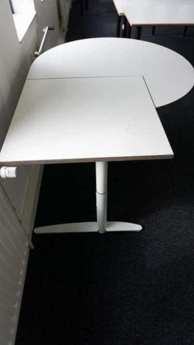 Baltas Mechaniškai Reguliuojamas Stalas Su 2 Skirtingų Formų Stalviršiu, Švedija