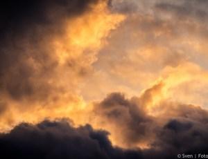 Sunset in the clouds near Mandalay in Myanmar. Na groot succes op Flickr, met meer dan 4500 views, nu te koop bij Sven aan de Muur. Deze indrukwekkende foto maakte ik tijdens m'n reis in Myanmar. We bezochten U Bain Bridge bij zonsondergang. Na het maken van verschillende foto's van de brug, zag ik plots dat de wolken dramatische vormen en kleuren aannamen. Toen schoot ik deze foto.