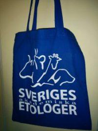 Blå tygkasse med Sveriges Akademiska Etologers logga