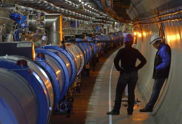 Inženjeri podešavaju magnete u LHC tunelu - (C) Maximilien Brice, CERN