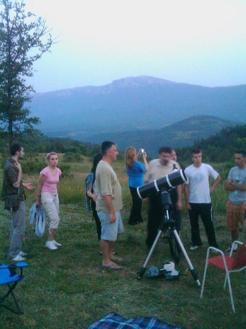 Posetioci pored teleskopa