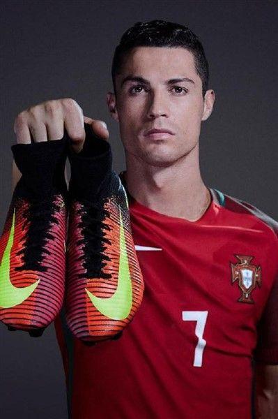 Zašto Ronaldo ne nosi crne kopačke?