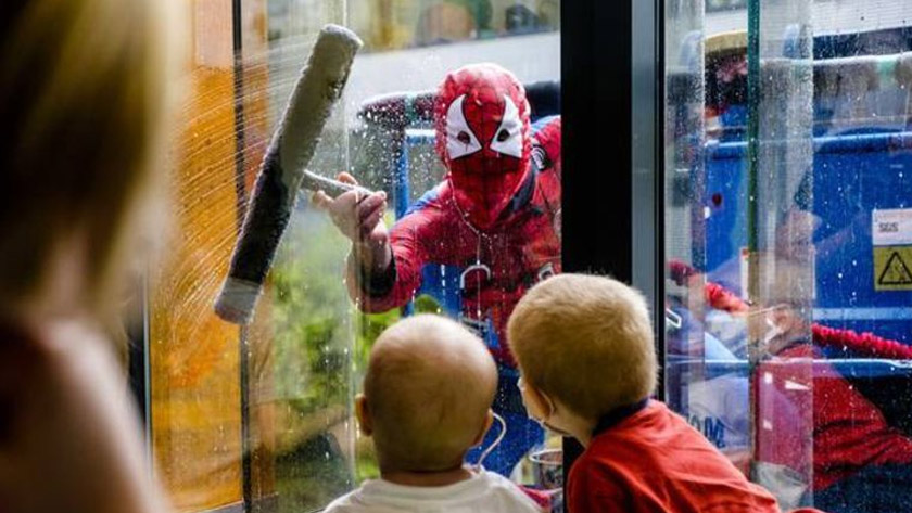 Spiderman cleans the windows of the Queen Mathilde Hospital