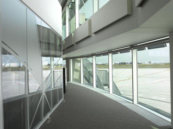 Wandelgangen satellietgebouw Brussels Airport Company