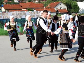 Igra kolo kraj Timoka, foto: M. Miladinović, Svrljiške novine