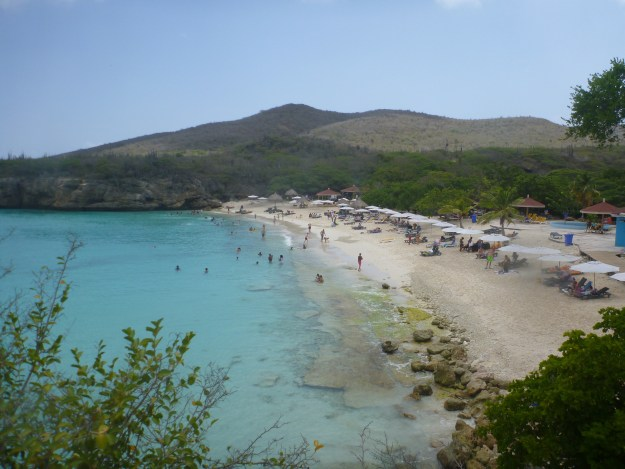 Playa Kenepa Grandi crowded beach below