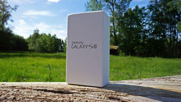 Samsung Galaxy S III front of box