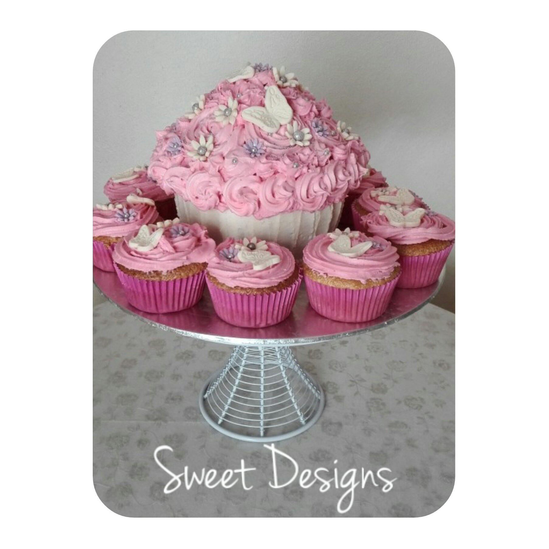 Gaint Cupcake with pink cupcakes
