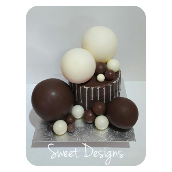 Piñata Cake Chocolate Balls filled with Sweets. Surprise centre filled with sweets