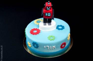 עוגה של רובוט מעוצב מבצק סוכר וגלגלי שיניים ליום הולדת