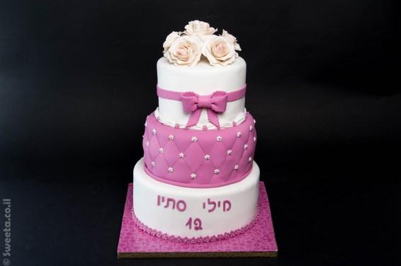 עוגת שלוש קומות לבת מצווה מעוצבת בצק סוכר עם סרט ופרחים אכילים
