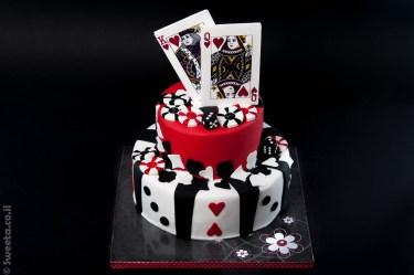 עוגת קזינו קומותיים ליום הולדת עם קלפים מלכה ומלך אכילים זיטונים וקוביות