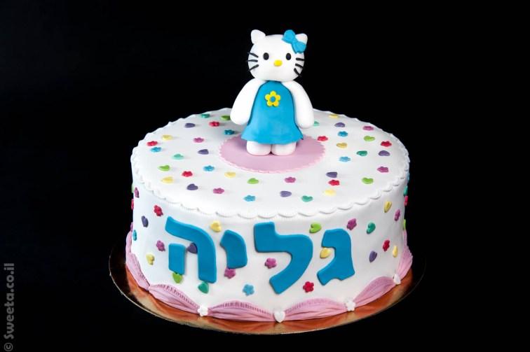 עוגת קיטי לבושה בשמלה כחולה ליום הולדת מבצק סוכר