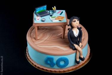 עוגת יום הולדת לאשת עסקים מפוסלת בבצק סוכר עם לפטופ עיתונים ואביזרי משרד