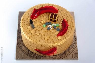 דרקון ומטבעות מעוצבים בבצק סוכר על עוגת מבוכים ודרקונים