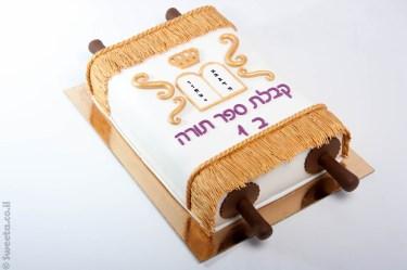 עוגה מעוצבת בצורת ספר תורה לכיתה ב