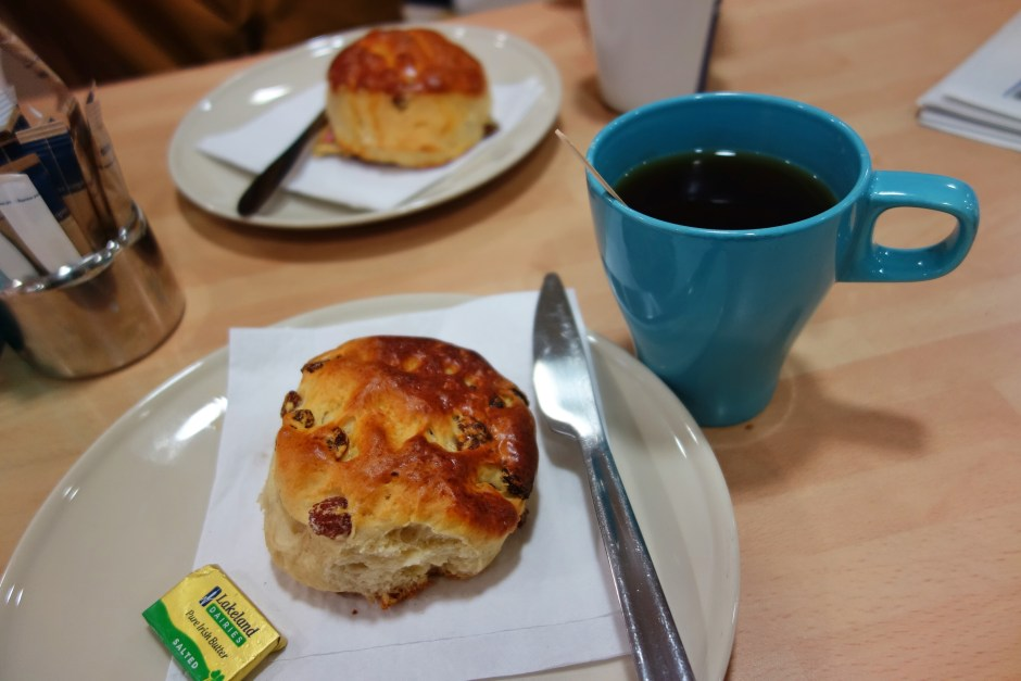 Scones and tea, the light version of Irish breakfast