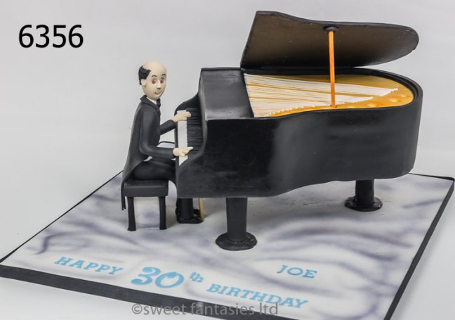 3D cake, man playing a Grand piano