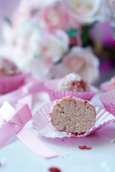 Low-Calorie Strawberry Protein Bites (No Protein Powders, Super-Healthy, All-Natural, Paleo and Gluten-Free)
