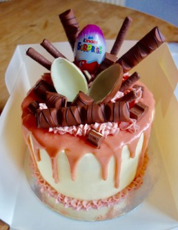 Kinder bueno birthday drip cake