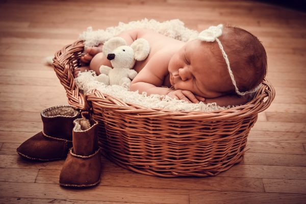 How To Host a Baby Shower on a Small Budget - Money saving tips to help you plan a baby shower. Baby in a Basket #BabyShower #Budget #Baby #Party