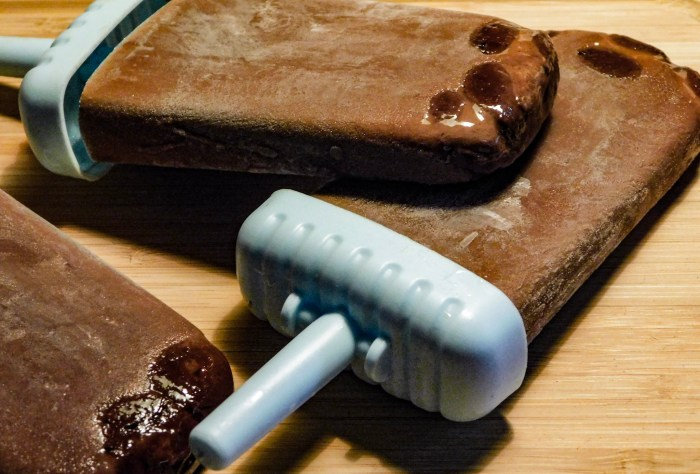 Frozen Mint Hot Chocolate Popsicles If you like America's favorite chocolate-covered creamy mint, you'll love these minty hot cocoa pops! #Food #Recipe