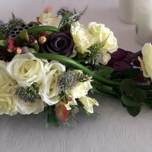 Stroik na cmentarz fioletowe kalie i białe róże